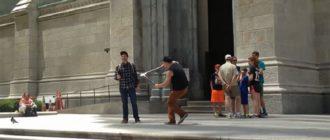 Парень ломает селфи-палки туристам в Нью-Йорке