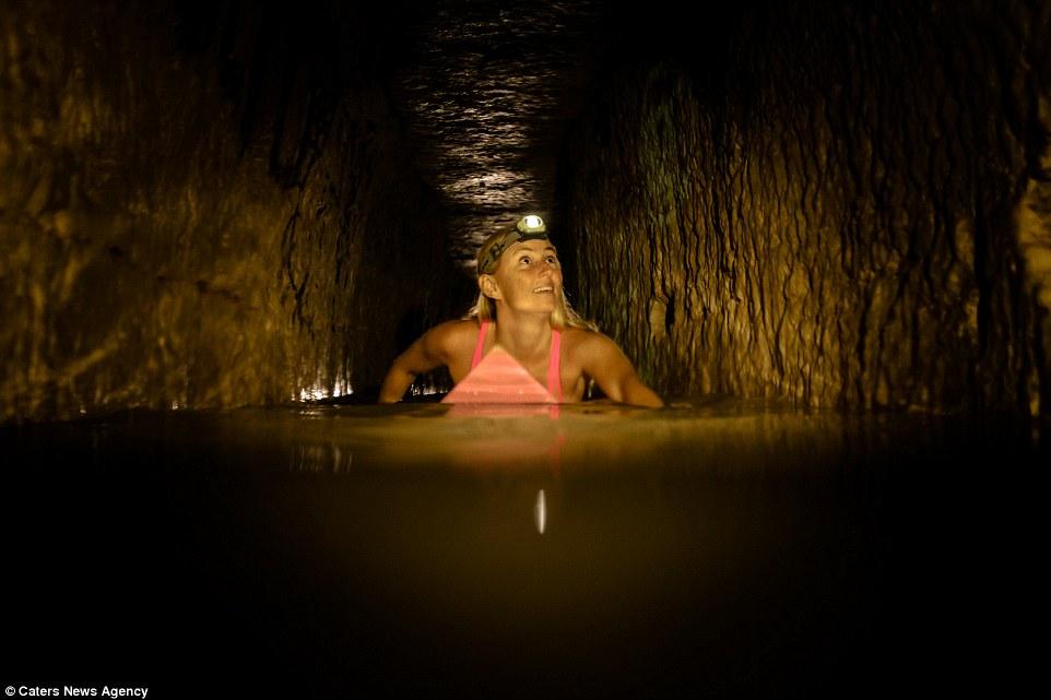 Американка проплыла на доске над останками 6 миллионов человек в парижских катакомбах
