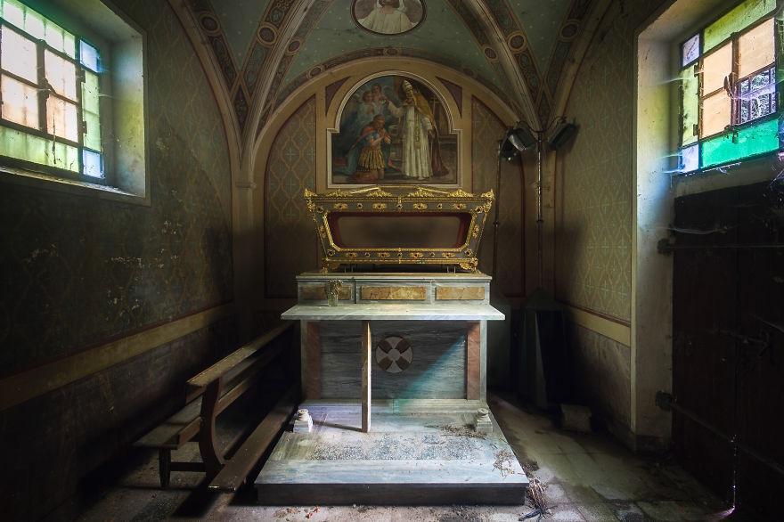 Комната в заброшенной церкви в Италии.