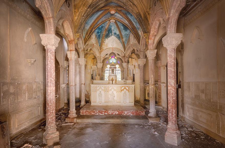 Часовня в заброшенном монастыре во Франции.