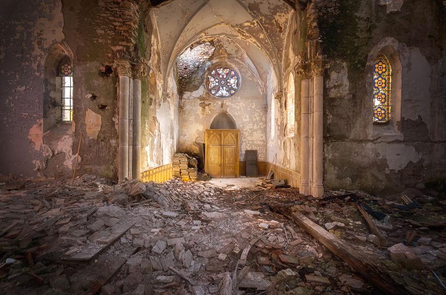 Заброшенная церковная школа во Франции.