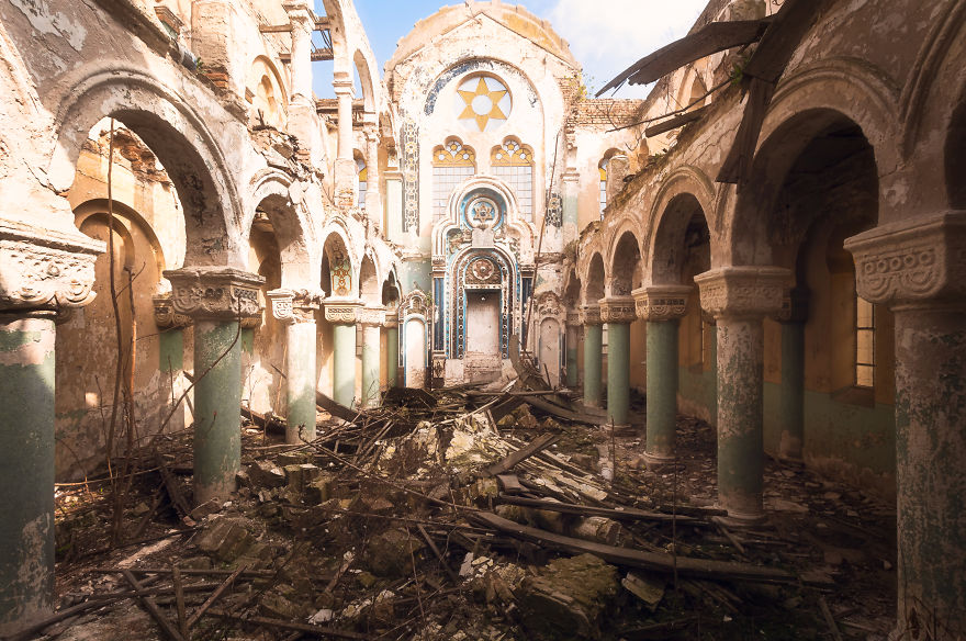 Заброшенная синагога в Румынии.