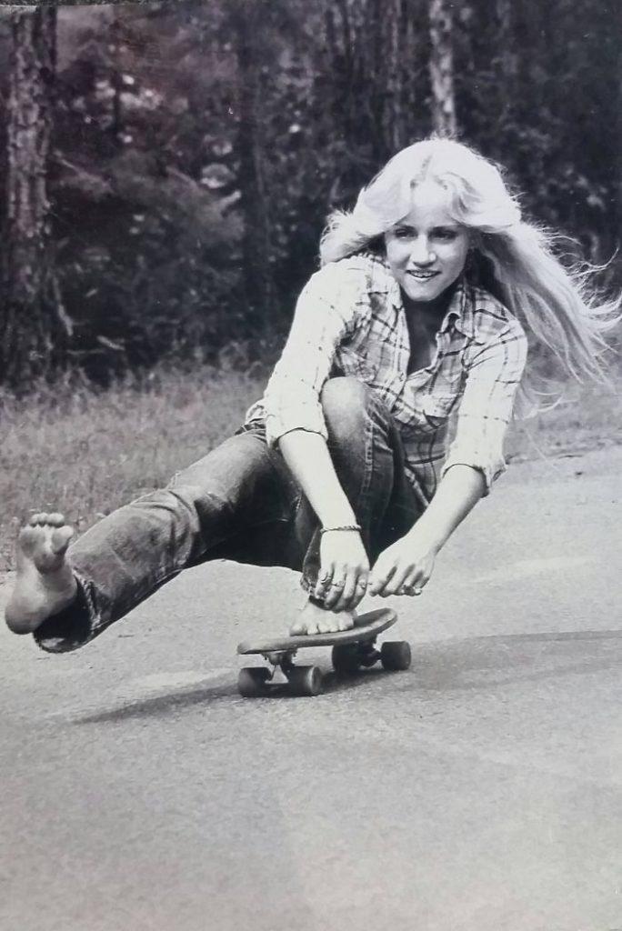 Моя мама катается на скейтборде босиком. Калифорния, 1974