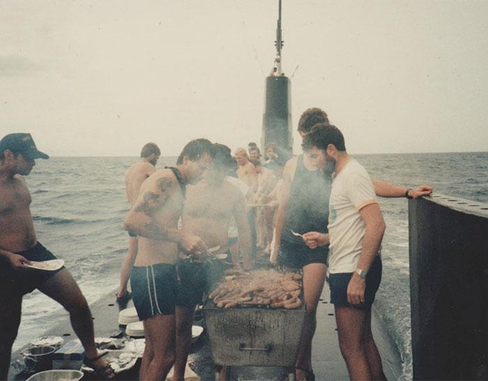 Нашел фото, где мой папа делает барбекю на палубе подводной лодки