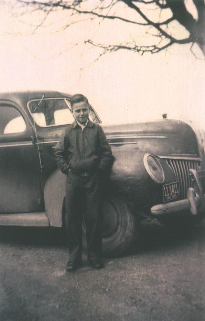 Мой папа и его первая машина, Форд 1939 года. Он купил ее на свои собственные деньги в 11 лет. Деньги он заработал, работая на ферме. Фото 1948 года.