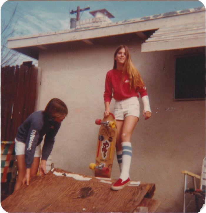 Мама катается на скейте с поломанной рукой, конец 70-х