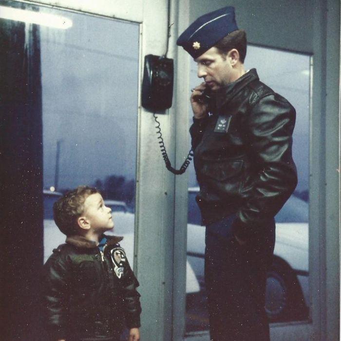 Я смотрю на своего папу-летчика, конец 80-х