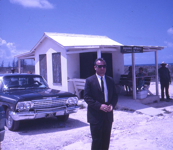 Мой отец, агент ФБР, в аэропорту на Багамах в конце 60-х