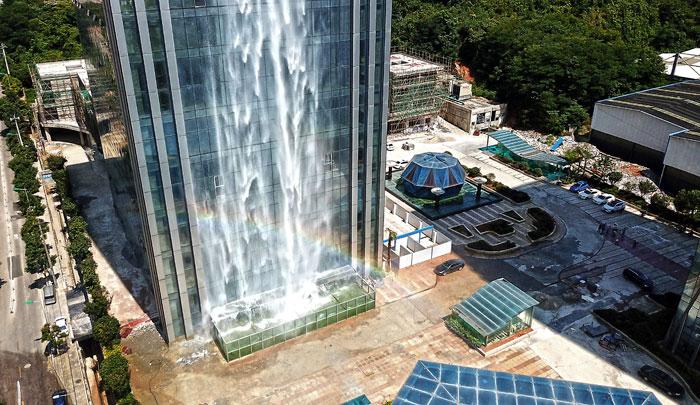 Китайцы соорудили невероятный 100-метровый водопад на небоскребе