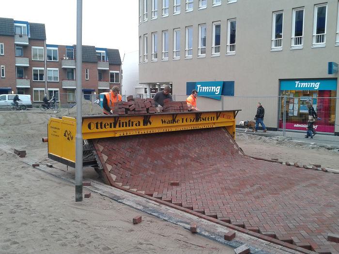 №3 Так укладывают тротуарную плитку в Нидерландах.