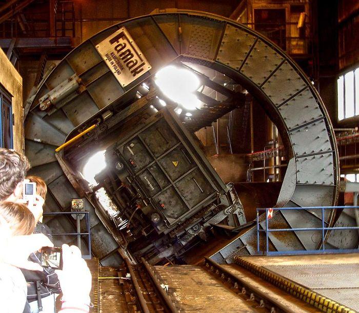 №49 Так разгружают вагоны с углем на тепловой электростанции.