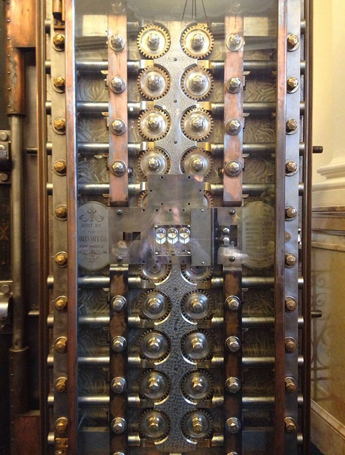 №13 Дверь в банковском хранилище XIX века.