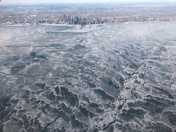 №40 Мой брат был на одном из немногих рейсов в Чикаго этим утром. Он сделал это фото замерзшего озера Мичиган с самолета