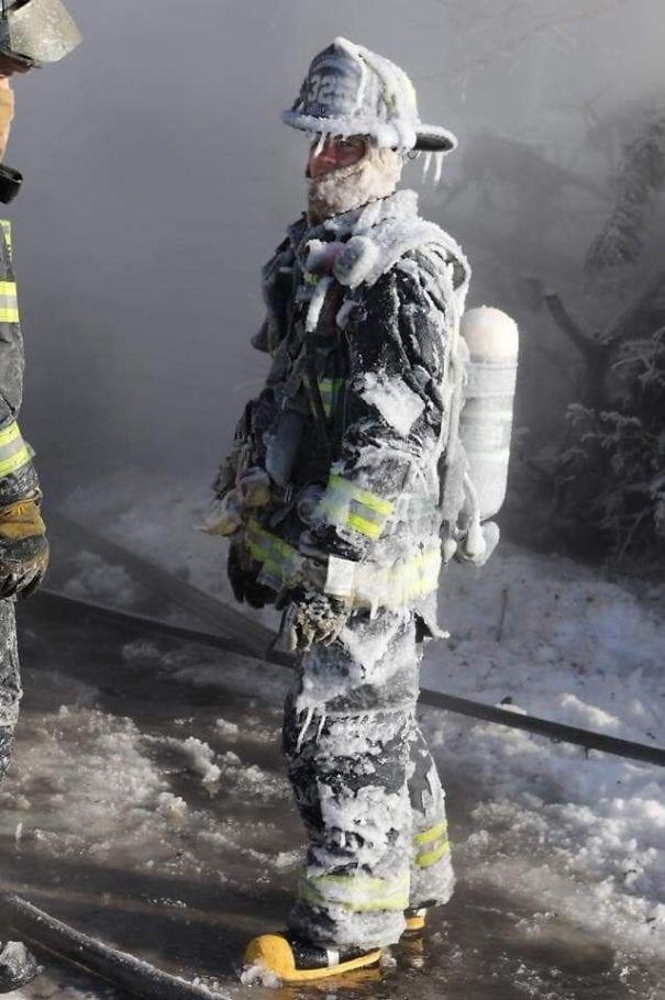 №33Пожарный после работы в полярном вихре при -40°
