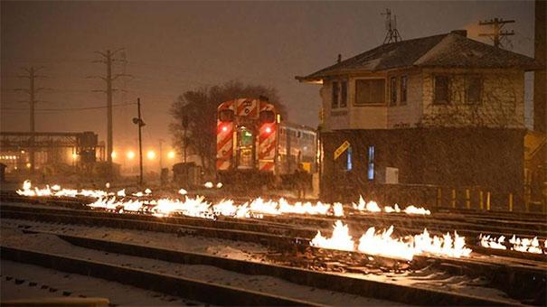 №46В Чикаго так холодно, что железнодорожные стрелки поджигают, чтобы они не замерзли и могли переключаться
